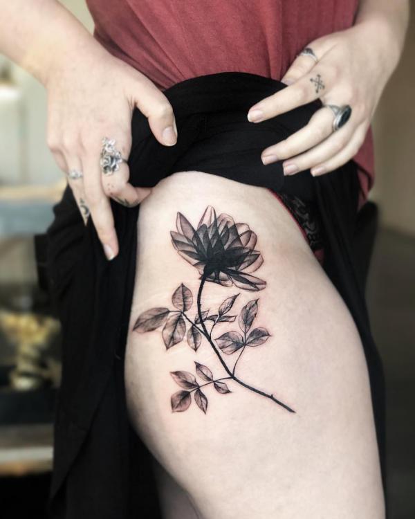 black and white rose tatton on thigh