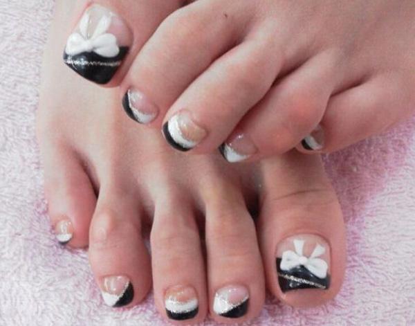golden flower toe nails