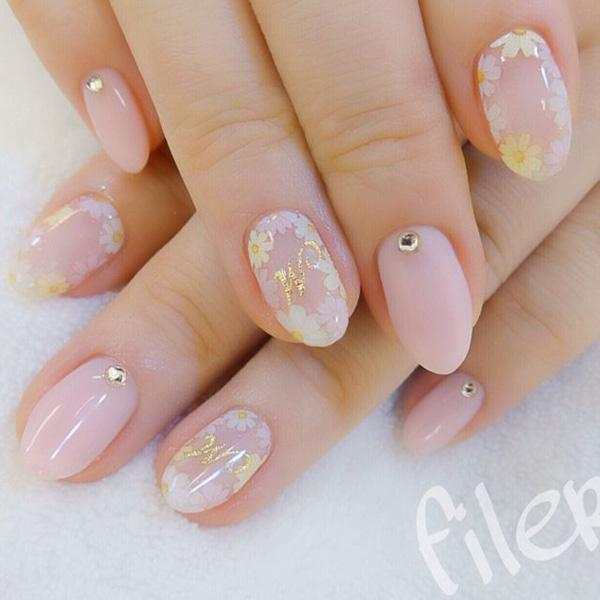 Daisy flowers painted on light pink nails, decorated with single diamante – a pretty yet simple design. This nail art design is perfect for going to weddings or similar occasions. The kind of nails will not distract too much attention from your dress, but it stands out in its own way.