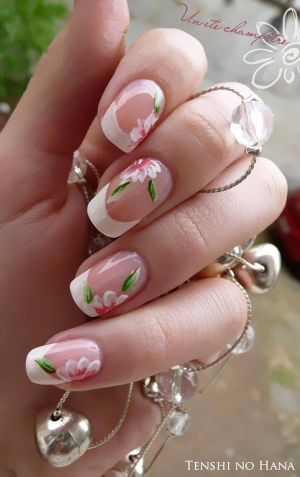 30 French manicure  flower design