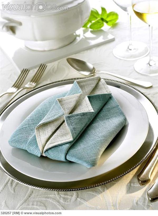 Napkin folding design 'Ruffled shirt'