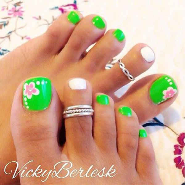 Adorable flower themed toenail art. - 50 Pretty Toenail Art Designs Art And Design