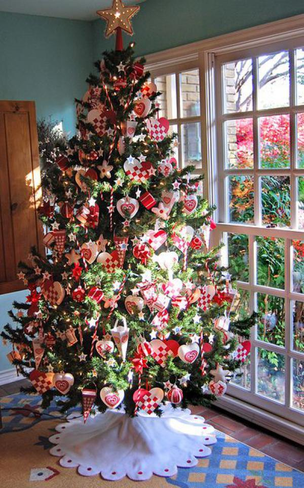 lovely Christmas tree decoed with red themed ornaments checked hearts ice creams