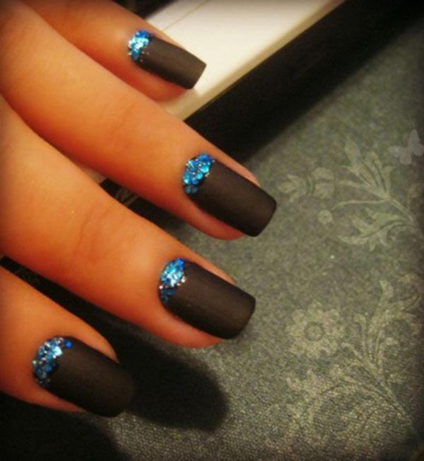 black-poiny-nails