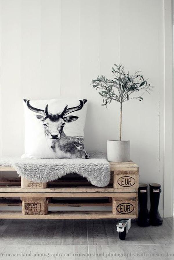 Мебели от палети все повече завладява света. От палитрата, можете да направите една маса, и красиви мебели за градината. Той е евтин, и с големи възглавници ще бъде много удобен, красив и модерен.