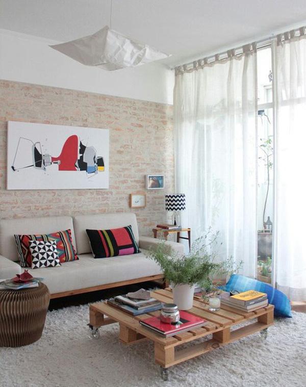 Възглавници в цвят и изображение остроумие силно червено са важни детайли за тази стая. Тук можете да видите как се използва палитрата, за да се създаде една маса за хола.
