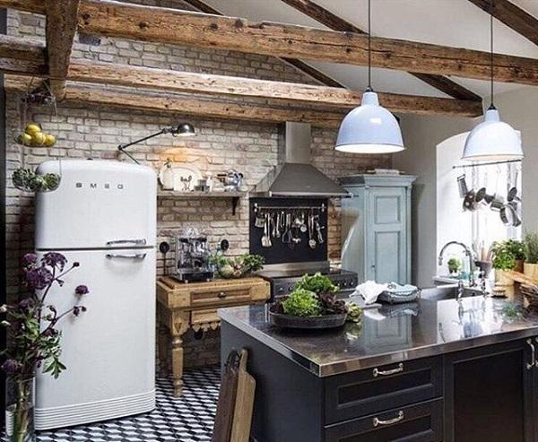 Комбинацията от черно и бяло цвят е характерен за модерния интериор на домовете. Независимо от черното, че имаме по пода и кухнята, тази стая има изобилие от светлина. Има beames на тавана, които дават един селски докосване на цялото пространство.