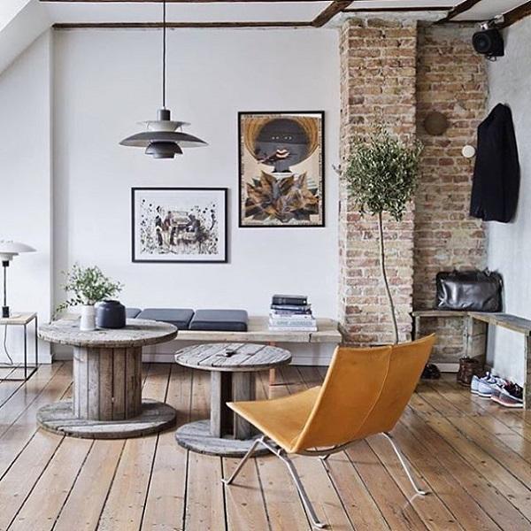 Снимки на стената допълват този minimalisic стил. Арт галерия обогати нашия дом. Снимки ние може да се сложи в хола и спалнята, както и на балкона, в банята. Докато виси на балкона или в банята, ние трябва да се грижим за влагата, твърде много влага може да доведе до увреждане на изображението, така че в тези области не слагайте ценни художествени актове. Основното правило при определяне на снимката е, че неговият център е на нивото на очите. Не е добре, ако изображението е твърде висока. Също така, при избора на стената, на която ще бъде определен образ спазва размера на изображението. Не е добре, че на огромна стена ви сложи малко картина.