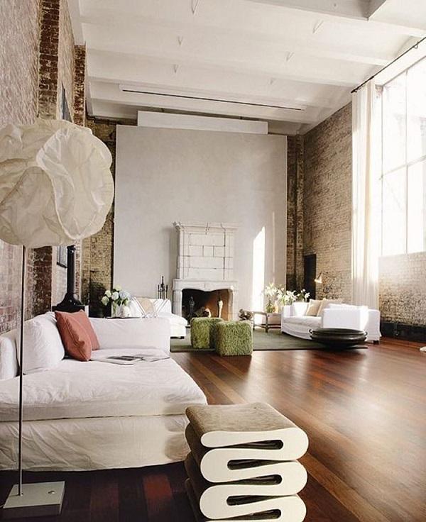 Камина се изисква в подреждането на дома в скандинавския стил. Красиво хармонизиран естествени цветове и естествени материали като дърво етаж и каменна стена.