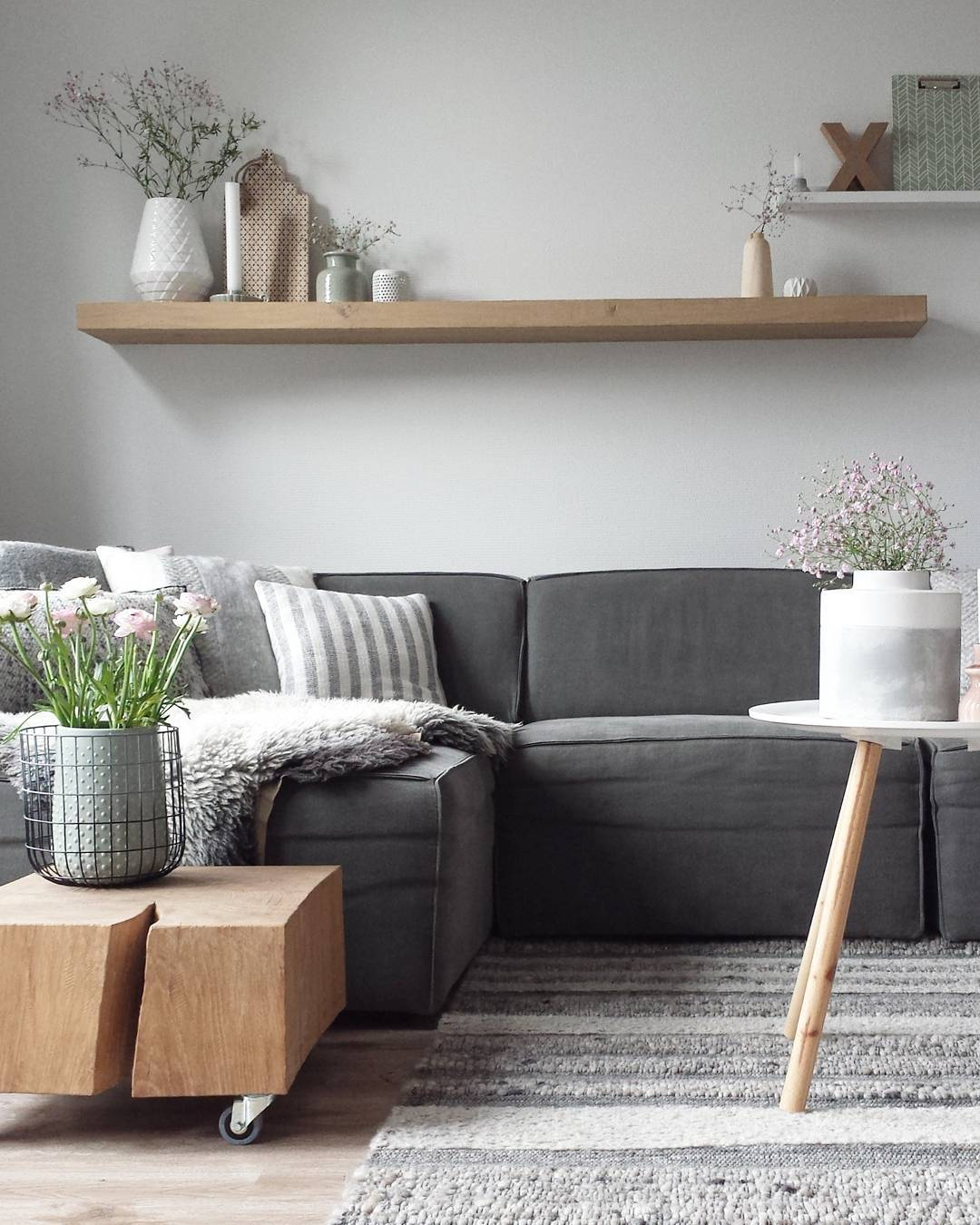 Цветя и керамична ваза може да бъде красива декорация за вашия дом. Цветя подобрява вашата енергия и енергията на вашето пространство. Изкуствени цветя излъчват отрицателна енергия, така че можете да се опитате да го избегне.