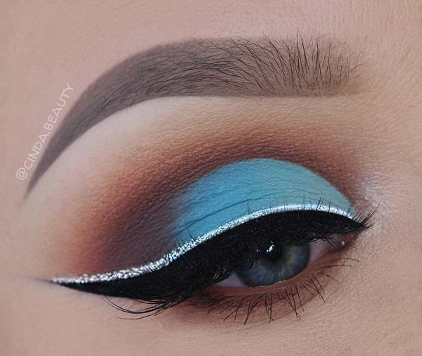Черная подводка для глаз и тени для век в коричневом цвете вокруг синего помогли этому макияжу. Если у вас голубые глаза, то не рекомендую использовать тени в синих тонах, которые похожи на цвет глаз, потому что вместо того, чтобы подчеркнуть глаза он будет как-то подавлять их.