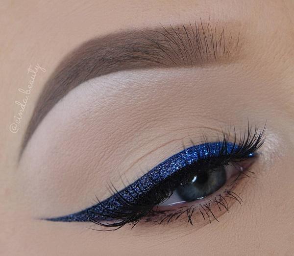 Нет тени на глазах, брови хорошо сформированы и пересмотрены, где это необходимо с тенью для бровей. Блестящая синяя подводка для глаз сияет но незаметно, поэтому такой вид макияжа вы можете взять и в течение дня.