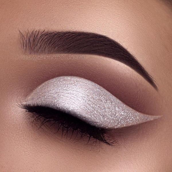 Белая Жемчужная тень освежит ваш взгляд. На верхнюю часть глаза правильно наносится коричневая тень, которая согласуется с цветом лица девушки. Ниже брови снова иду яркая тень.