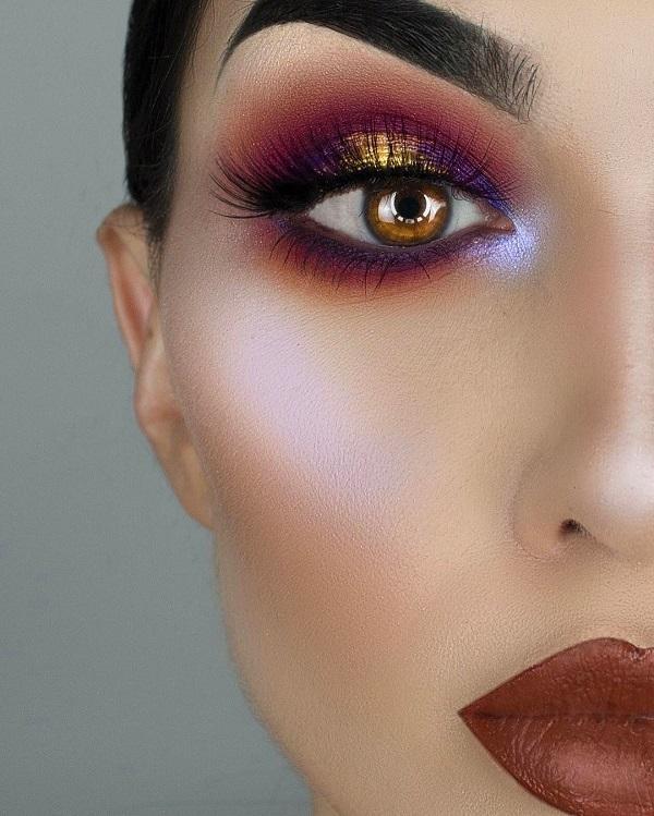 Очень популярны более темные матовые оттенки помады, такие как черный, коричневый и темно-фиолетовый. Этот макияж без подводки для глаз, и это просто прекрасно, ведь помимо такой замечательной нанесенной тени подводка для глаз будет лишней.