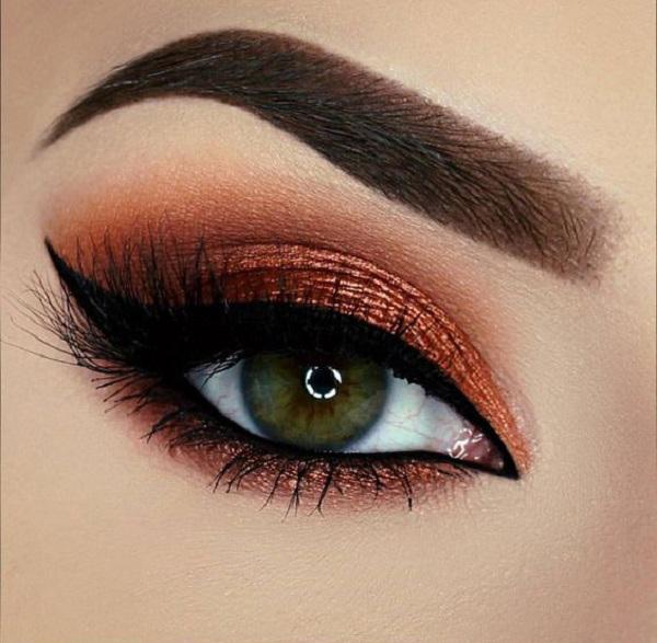 Для зеленых глаз, подводка для глаз очень хороший выбор, потому что красиво может выделить глаза. Выбирайте тени в середине тона, не слишком сильные и не слишком яркие оттенки.