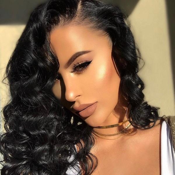Если вы темноволосая темнокожая девушка, выберите коричневые, фиолетовые, розовые оттенки, которые смягчат сильный и впечатляющий внешний вид ваших черных волос.