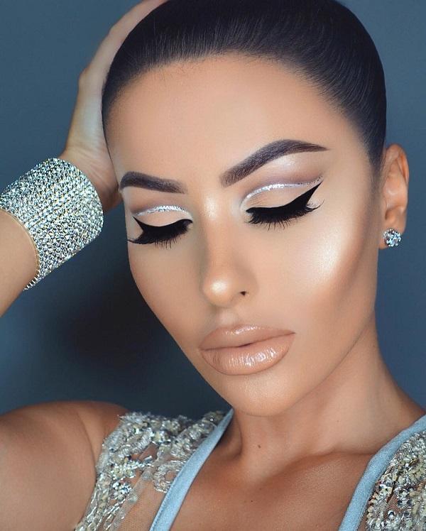 Когда вы выделяете глаза с eyeliner или Eye shadow, приятно, что губы менее заметны, поэтому выберите оттенок обнаженного и глянцуйте над этим, потому что это сделает ваши губы более полными.