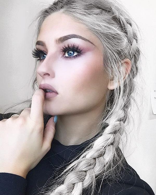 Вот отличный пример, сколько розовых теней способствует голубым глазам, которые более выразительны. Дополнительные прически и неприметный макияж всегда являются хорошим выбором для ежедневного изменения.
