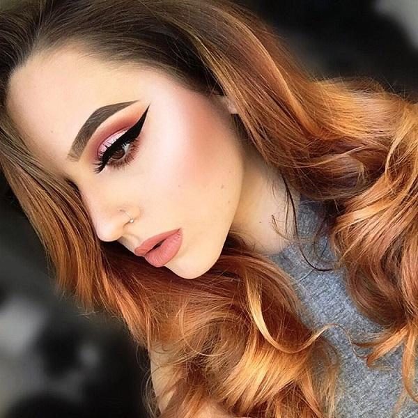 Нежные цвета, как абрикосовый цвет являются современными. Но здесь мы имеем эффективную линию нарисованную с eyeliner который дает обольстительное примечание к составу.
