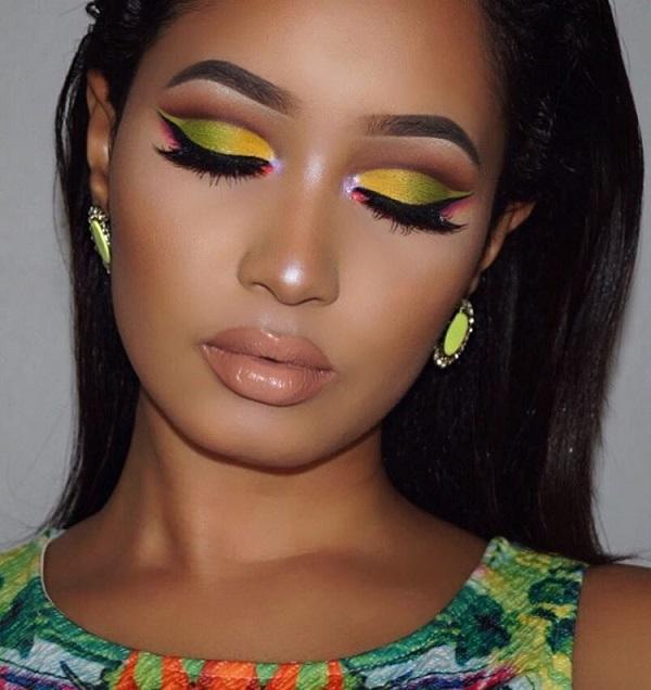 Желто-зеленые тени для век симпатичный костюм для брюнетки (мы видим здесь, как удачно она переносит эту брюнетку темного цвета лица). Персиковый румянец на щеках и помада в цвете коралла или нежный обнаженный цвет будут хороши для этого сочетания.
