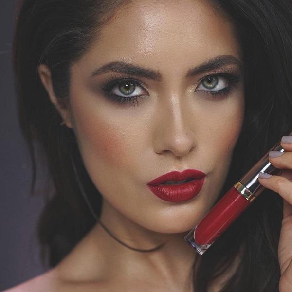 Красная помада в мире макияжа является классическим, как маленькое черное платье в мире индустрии моды.