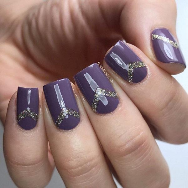 Более темный или яркий фиолетовый цвет можно красиво сочетать с серебристым блестящим лаком для ногтей.