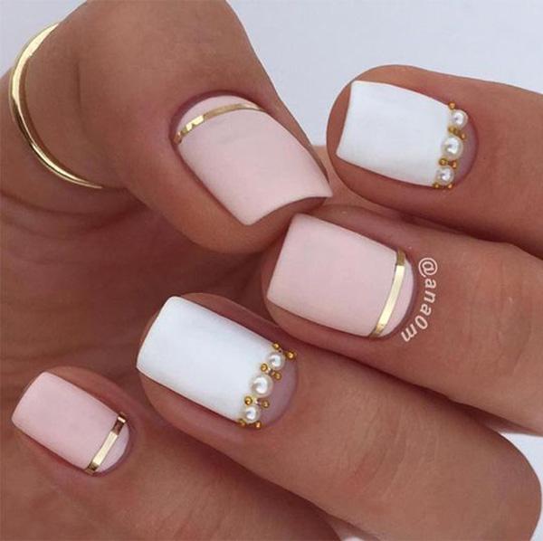 Чистая элегантность на ногтях. Самая стабильная техника-это гель на ваших ногтях, поэтому лучше всего его решить. Вы будете избавлены от полных трех недель росписи ногтей.