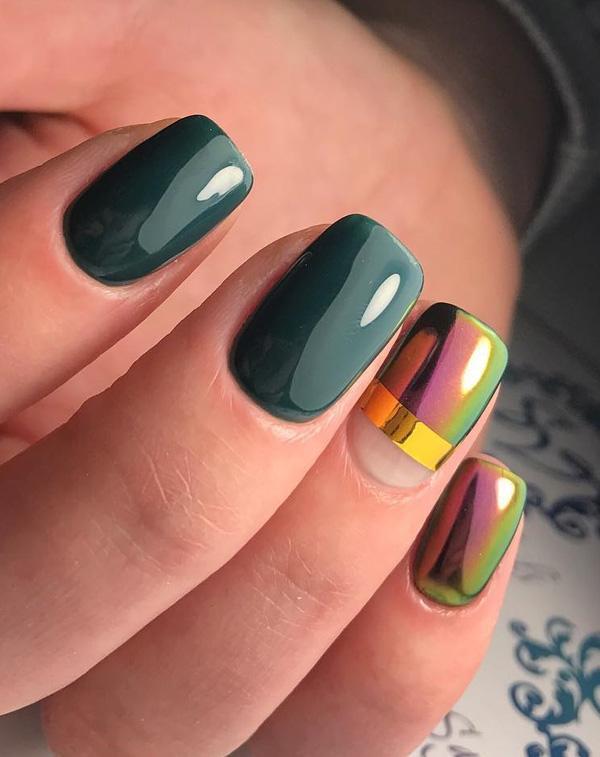 Королевский синий цвет, обогащенный диско взгляд на некоторые ногти. Темные цвета зимы медленно сменяются радостными летними цветами.