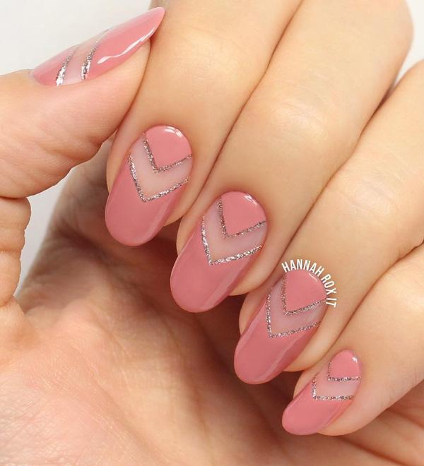 Овальные ногти светло-розового цвета обогащены частями в натуральном цвете ногтя. Отлично подходит для тех, у кого немного удлиненная ногтевая пластина.