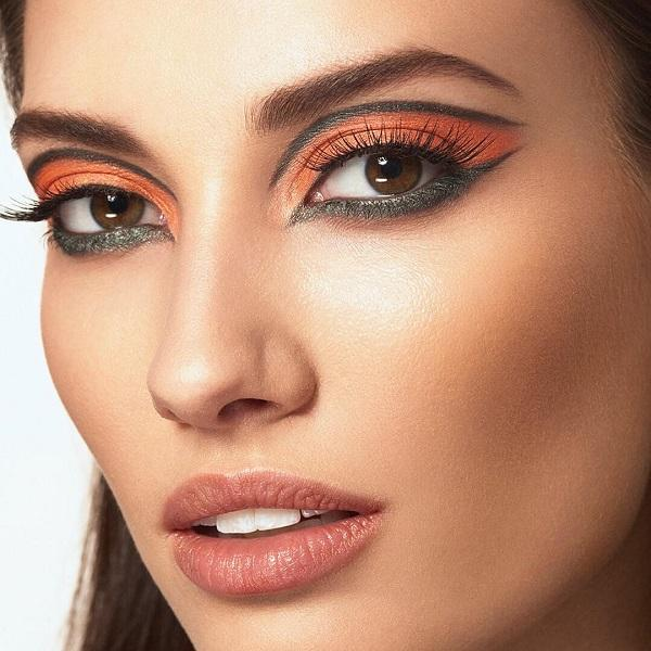 Nicely blended orange and gray colors. Bolder girls will definitely bring a combination of two different shadows on the upper and lower eyelid.