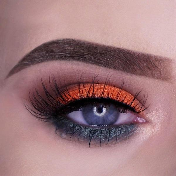 Eye shadow is placed similarly as in the previous photo. However, there isn't a dark gray line above the upper eyelid on which is applied shadow with makeup technique smokey eyes. Instead with eyeliner eyes are accented only with mascara.