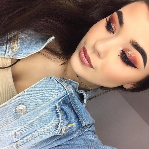 Brick color is very popular in makeup, especially for brunette. Although it beautifully stands to blondes. Blush is very discreetly placed so that the entire make-up is not offensive but nicely combined.