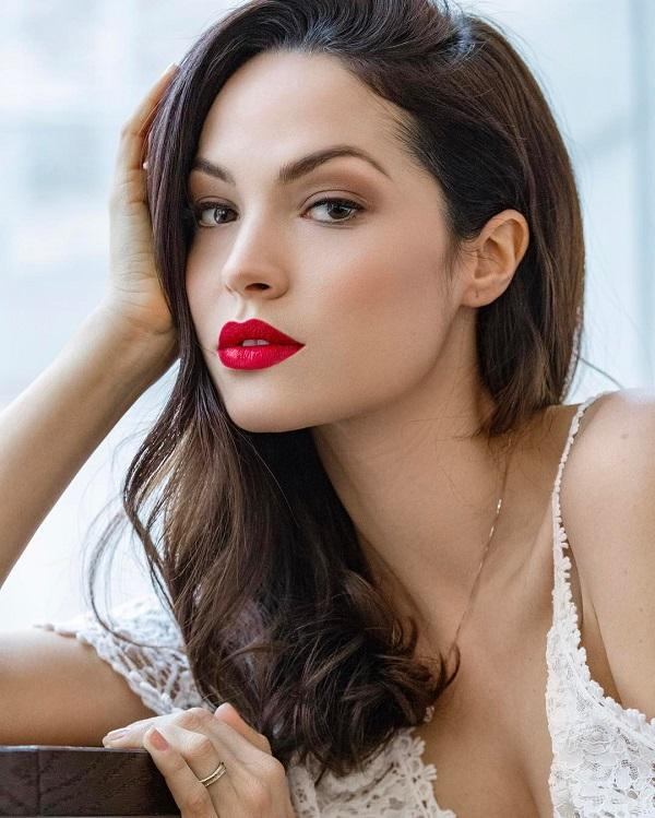 This lady has decided to emphasize the lips with forever stylish red lipstick. The rest of the makeup is very reduced, eyes are accented only how much it needs!