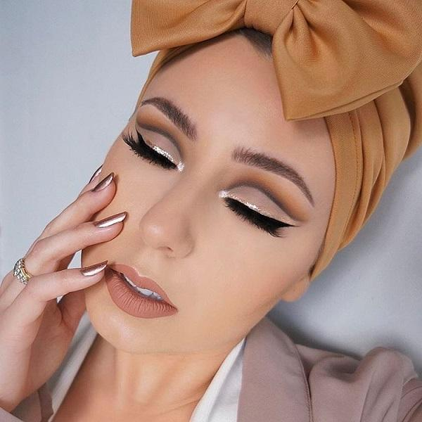 Above the black eyeliner drag another line of sparkling eyeliner and your eyes will be refreshed. Just above the eye on the eyelid, apply a darker shadow – that become an imperative in makeup.
