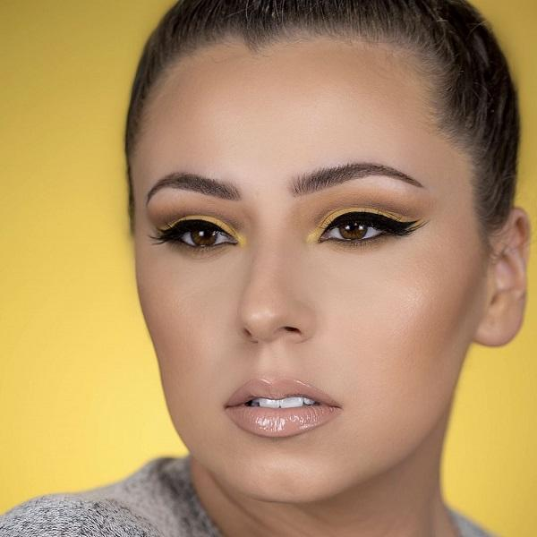 This lady has bright brown eyes, almost yellowish. With this eye color and dark blue beautifully goes shades of yellow eye shadow. Complete makeup is very beautiful, youthful, and good for daily variation as much as for the evening.