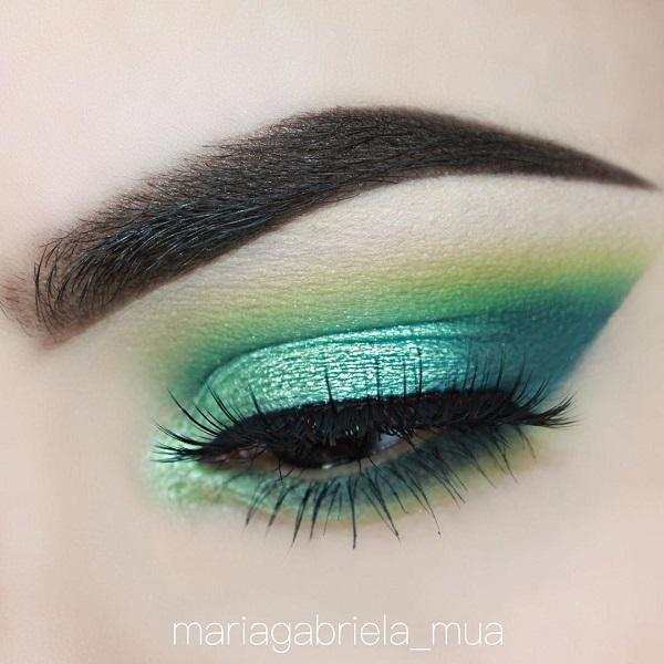 Pearly and shiny shadows and colors wear for evening outings, and for daily variation colors that are more matte.