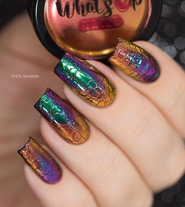 Здесь ногти выглядят как змеиная кожа, только в металлических цветах.