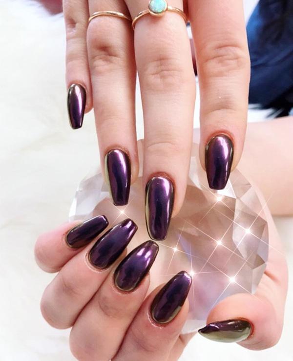 Королевский пурпур управлял сценой моды прошлой осенью и зимой. Его правление продолжается и в этом году, как в моде, так и в маникюре.