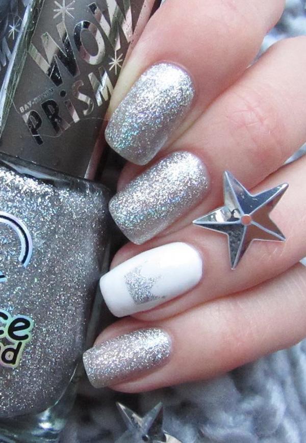 Блестящий серебристый цвет приручен одним гвоздем белого цвета с небольшой серебряной короной на нем. При желании можно еще один ноготь на руке раскрасить в однообразно-белый, и таким образом приручить игривый серебристый цвет.