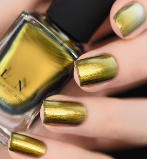 Цвет между желтым, охрой и зеленым очень интересен и не часто встречается. Дамы часто выбирают какие-то обыденные оттенки. С платьем в похожем цвете вы будете звездой, которая блестит.
