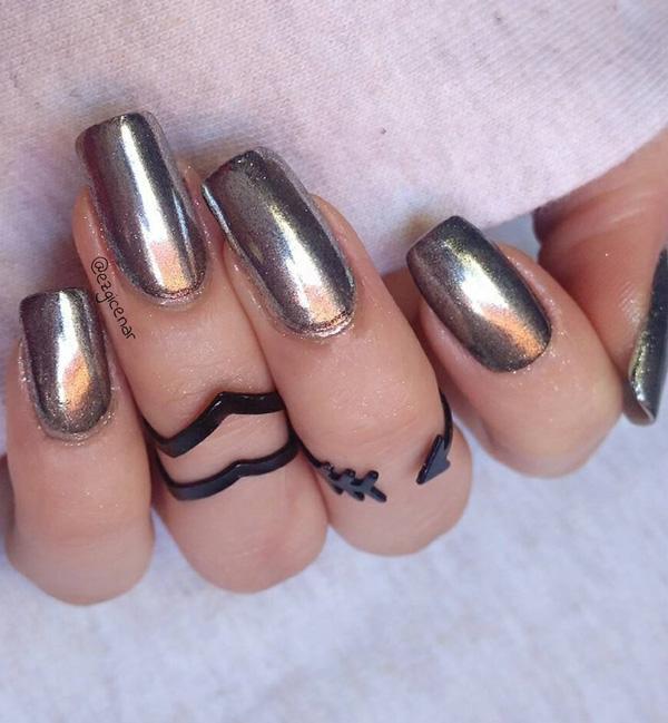 Серебряные ногти станут хорошим выбором для любого праздничного случая, конечно же, умело гармонизированного с остальным нарядом.