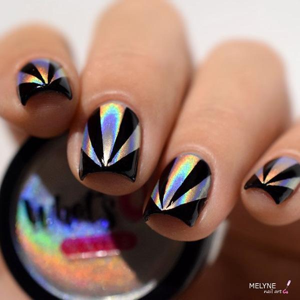 Для дискотеки в клубе непременно будет хорошим решением этот маникюр. Черный цвет темный, но он обновлен серебряными треугольниками.