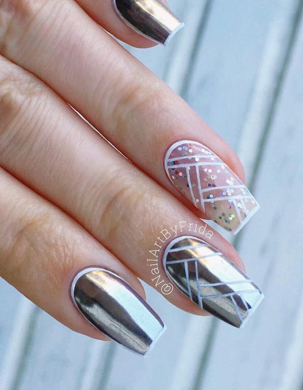 Прямые линии в нескольких направлениях, которые отличаются, обогатили эти ногти и сделали их интересными.