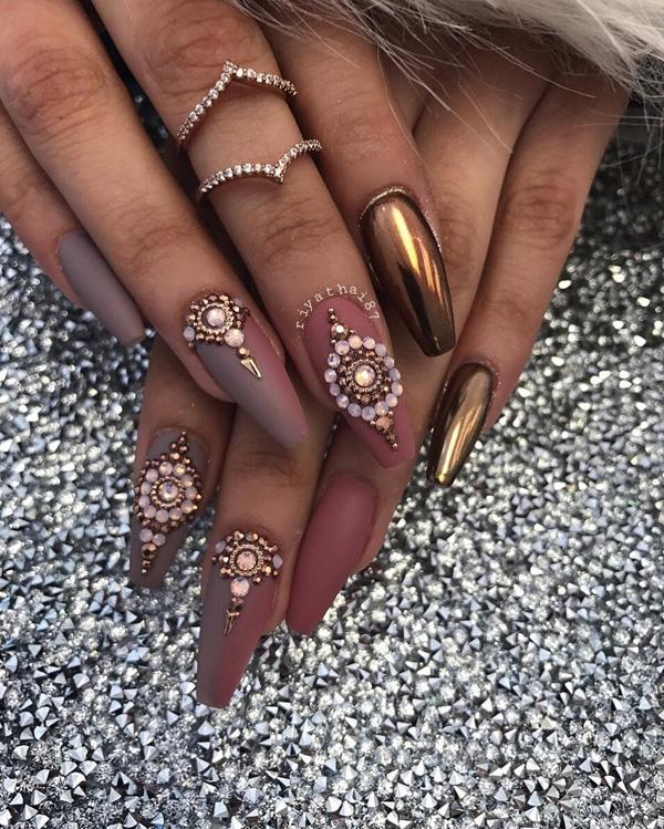 Вместо того, чтобы стразы, чтобы украсить ваши ногти и сделать наиболее роскошный вид использовать хром порошок по крайней мере один гвоздь обеих рук, как это происходит здесь.
