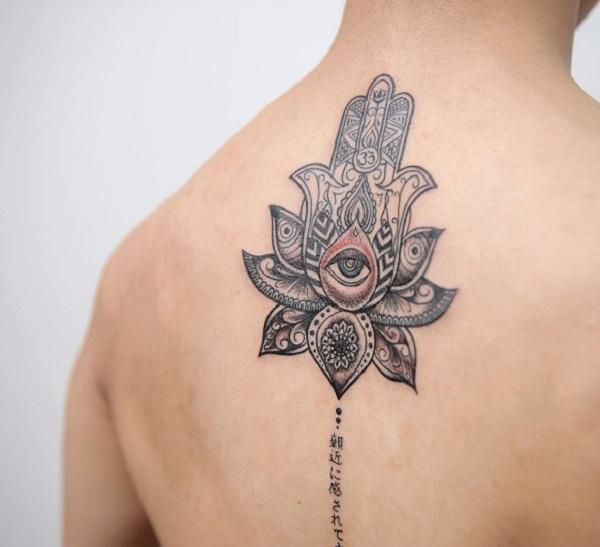 30a8139ea9890 A big tattoo on the man`s back always seems effective and mysterious, ...
