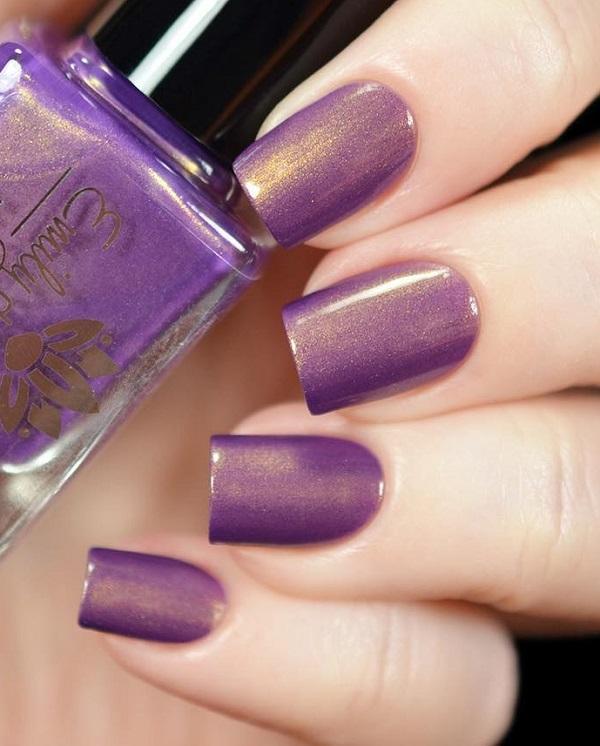 Блеск бриллианта в лаке для ногтей способствует его более роскошному внешнему виду. Мистический фиолетовый цвет с алмазным блеском в нем, безусловно, будет выглядеть очень стильно на каждой руке.