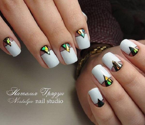 Decoratingand делая акцент на ногтевом корне, а не на верхней части ногтя уже является выбором многих женщин и профессиональных мастеров маникюра.