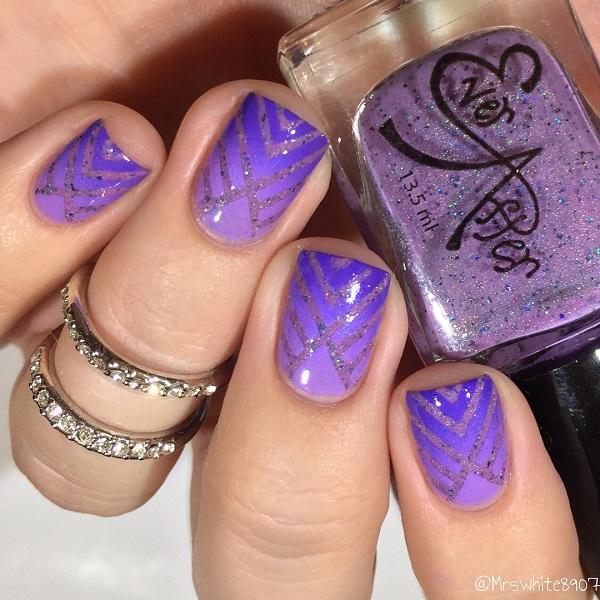 Если у вас есть безопасная рука, сначала сделайте омбре, а затем потяните линии с блестящим лаком для ногтей, как это на картинке.