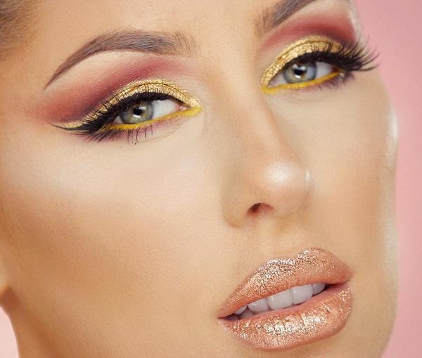 Ярко-желтый цвет хорошо сочетается с зелеными глазами.